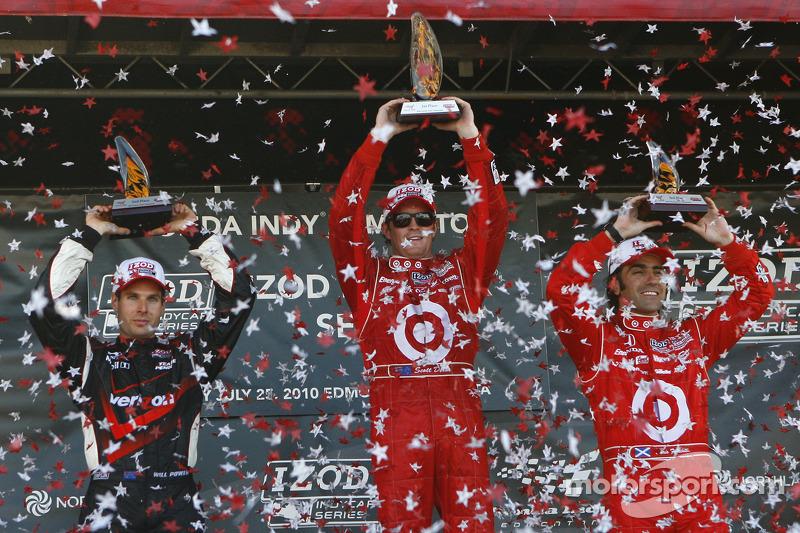 Podium: race winnaar Scott Dixon, Target Chip Ganassi Racing, 2de Will Power, Team Penske, 3dee Dari
