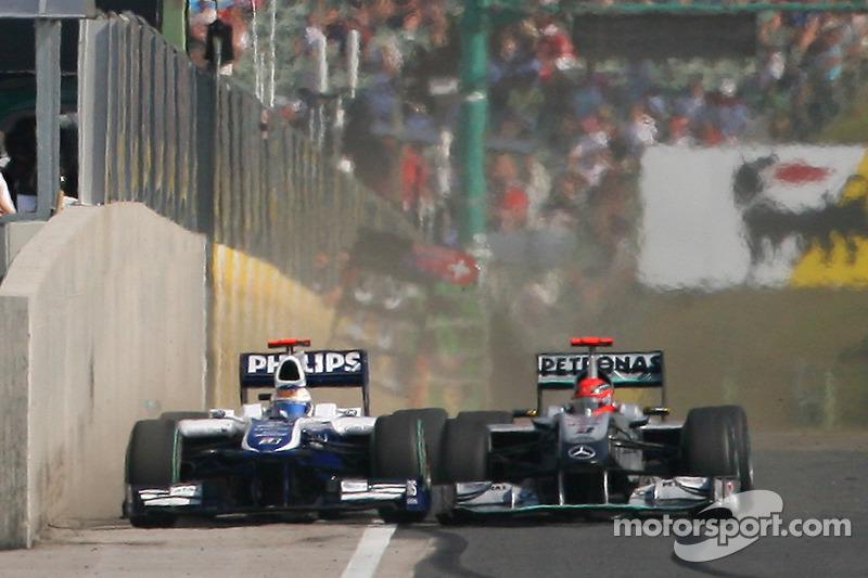 Рубенс Баррікелло, Williams F1 Team, та Міхаель Шумахер, Mercedes GP
