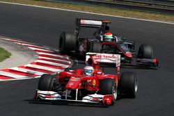 Fernando Alonso, Scuderia Ferrari rijdt voor Sakon Yamamoto, Hispania Racing F1 Team