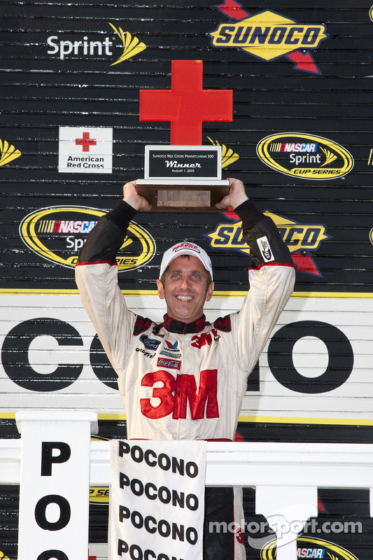 Victory lane: race winnaar Greg Biffle, Roush Fenway Racing Ford
