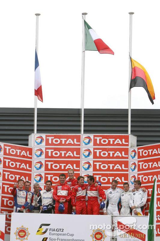 Podium: race winnaars Romain Dumas, Jörg Bergmeister, Martin Ragginger en Wolf Henzler, 2de Raymond Narac, Patrick Long, Patrick Pilet en Richard Lietz, 3de Dirk Werner, Dirk Müller en Dirk Adorf