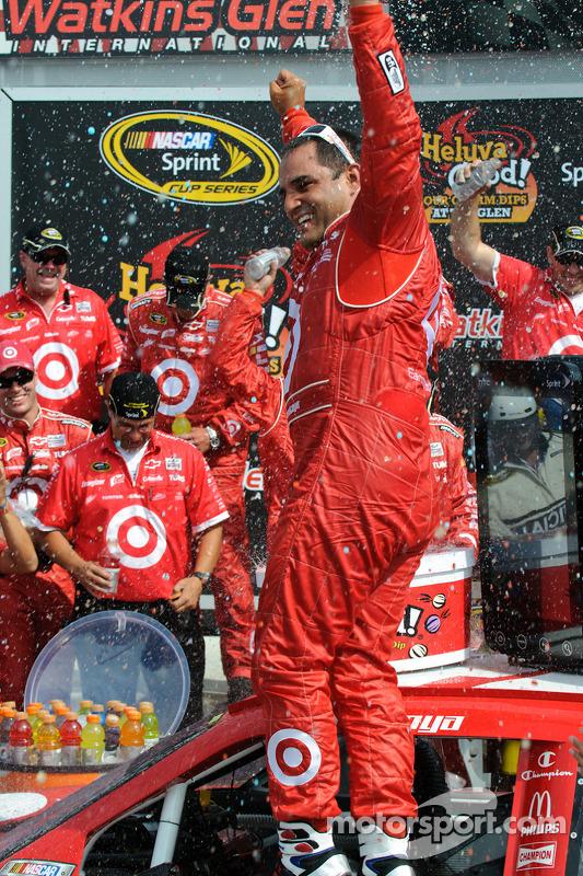 Victory lane: race winnaar Juan Pablo Montoya, Earnhardt Ganassi Racing Chevrolet