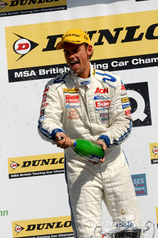Tom Chilton spuit champagne