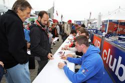 Dean Stoneman signe des autographes