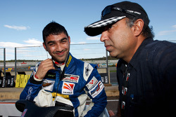 Armaan Ebrahim viert zijn derde plaats in race 1 op de startopstelling