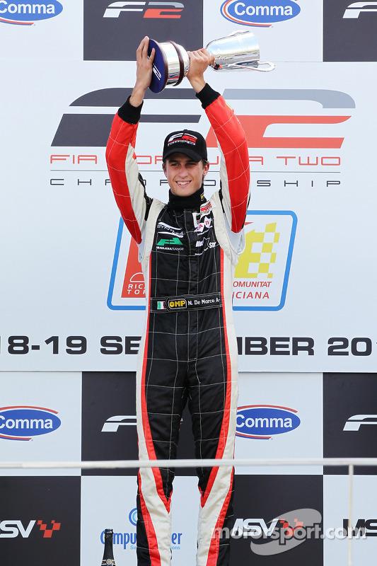 Race 1 winnaar Nicola de Marco op het podium