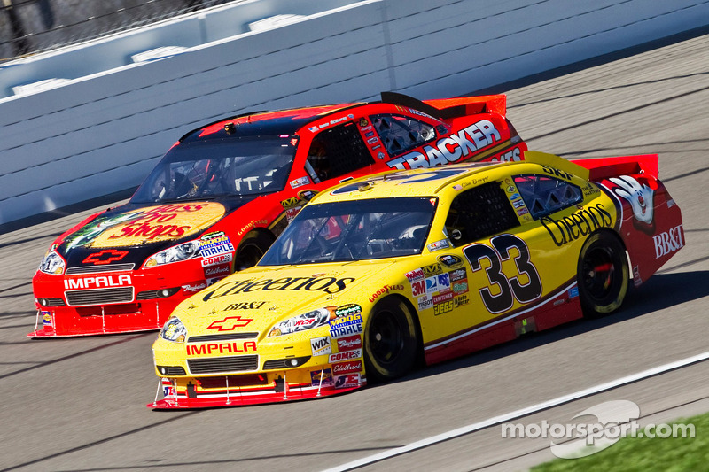 Clint Bowyer, Richard Childress Racing Chevrolet en Jamie McMurray, Earnhardt Ganassi Racing Chevrolet