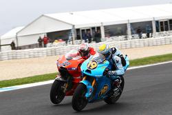 Альваро Баутиста, Rizla Suzuki MotoGP, и Кейси Стоунер, Ducati Marlboro Team