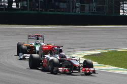Дженсон Баттон, McLaren Mercedes едет впереди Адриана Сутиля, Force India F1 Team