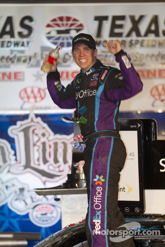 Victory lane: race winnaar Denny Hamlin, Joe Gibbs Racing Toyota