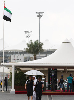 Nico Hulkenberg, Williams F1 Team with an unbrella from the rain