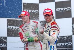 Sergio Pérez celebra su victoria en el podio con Sam Bird