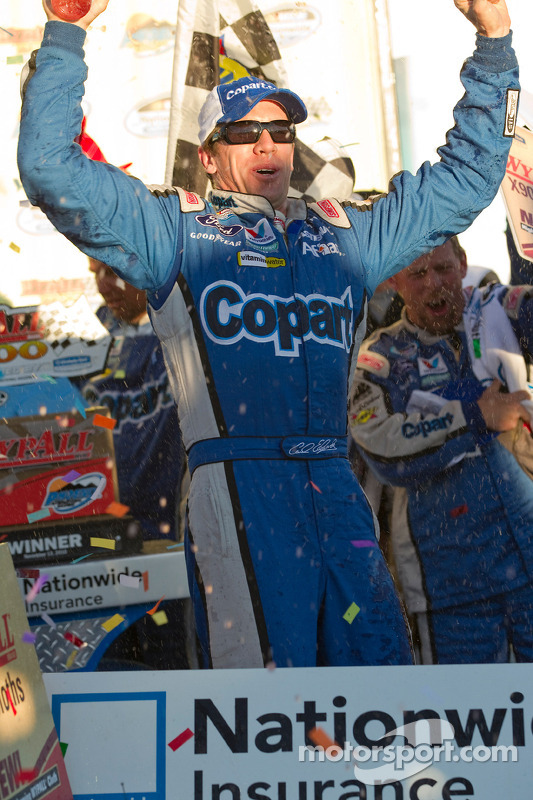 Victory lane: race winnaar Carl Edwards