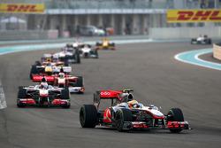 Lewis Hamilton, McLaren Mercedes, leidt voor Jenson Button, McLaren Mercedes