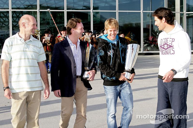 Chief technical officer Adrian Newey, team principal Christian Horner, Sebastian Vettel en Mark Webb