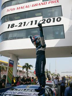 World Champion Yvan Muller, Chevrolet, Chevrolet Cruze LT