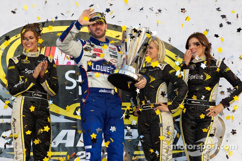 De 'victory lane': NASCAR Sprint Cup Series 2010 kampioen Jimmie Johnson, Hendrick Motorsports Chevrolet viert feest met Miss Sprint Cup