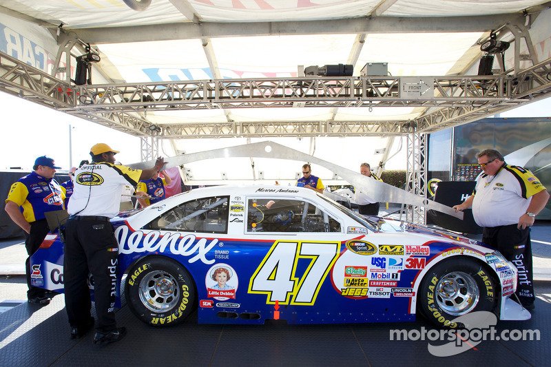 Auto van Marcos Ambrose, JTG Daugherty Racing Toyota bij de technische keuring