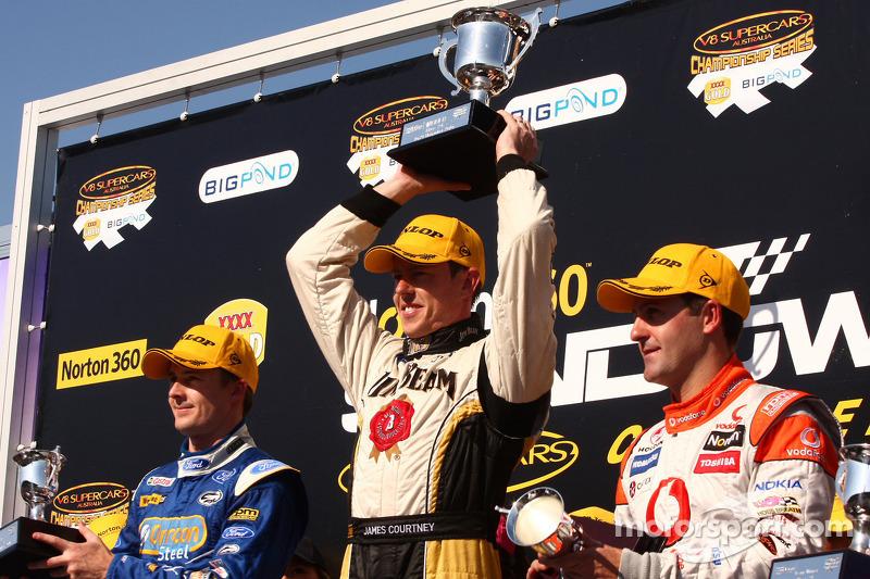 Podium: Mark Winterbottom 2de Ford Performance Racing, James Courtney 1ste voor Jim Beam Racing, Jamie Whincup 3de voor TeamVodafone