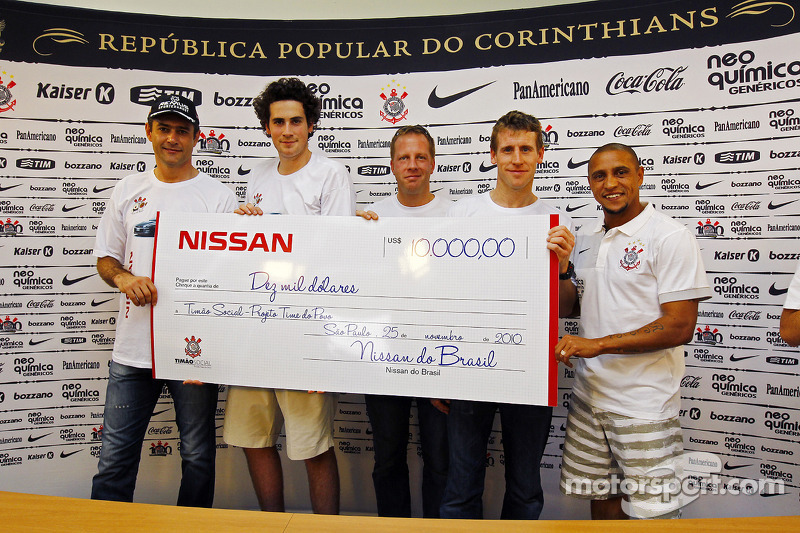 Charity Nissan evenement met Nissan-rijders en Robert Carlos