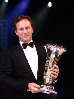FIA Formula One World Championship: Christian Horner, Red Bull avec le trophée constructeurs