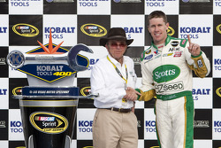 Victory lane: race winner Carl Edwards, Roush Fenway Racing Ford