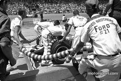 Ford contrató a los hermanos Wood como equipo de pits  para dar servicio rápido a Jim Clark durante las Indy 500 de 1965