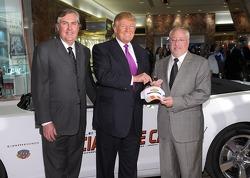 Donald Trump reçoit les clés du Pace Car des 500 Miles d'Indianapolis, une Chevrolet Camaro SS Cabriolet