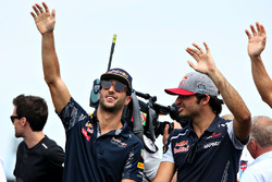 Парад пилотов: Даниэль Риккардо, Red Bull Racing, и Карлос Сайнс-мл., Scuderia Toro Rosso