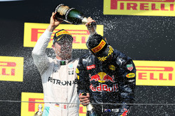Podio: Nico Rosberg, Mercedes AMG F1 Team segundo lugar y tercer lugar Daniel Ricciardo, Red Bull Racing celebran con champagne