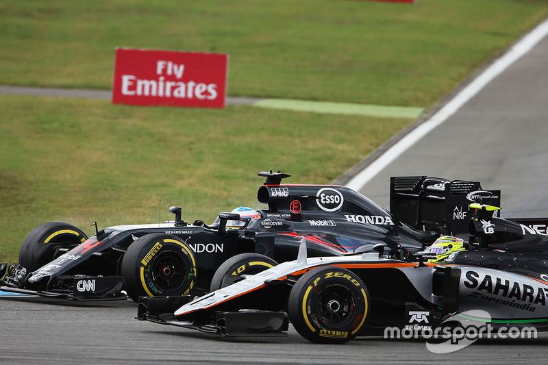 Fernando Alonso, McLaren MP4-31 e Sergio Perez, Sahara Force India F1 VJM09 lottano per la posizione