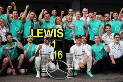 Sieger Lewis Hamilton, Mercedes AMG F1; 4. Nico Rosberg, Mercedes AMG F1, feiern mit dem Team