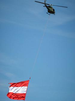 Un hélicoptère avec le drapeau autrichien