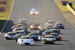 Start: #911 Walkinshaw GT3; Porsche 911 GT3-R: John Martin, Duvashen Padayachee, führt