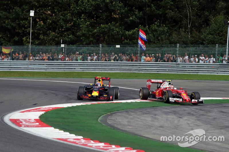 Max Verstappen, Red Bull Racing RB12 e Kimi Raikkonen, Ferrari SF16-H lottano per la posizione