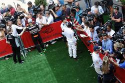 Nico Hulkenberg, Sahara Force India F1; Fernando Alonso, McLaren; y Max Verstappen, Red Bull Racing con los medios de comunicación