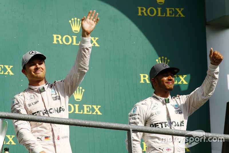 Nico Rosberg y Lewis Hamilton comparten podio