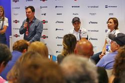 (L naar R): James Allen, met Felipe Massa, Williams en Claire Williams, Williams gedeputeerd teambaas; Felipe kondigt zijn vertrek uit de Formule 1 aan