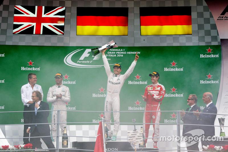 El podio: Lewis Hamilton, de Mercedes AMG F1 segundo; Nico Rosberg, Mercedes AMG F1, ganador de la carrera; Sebastian Vettel, Ferrari, tercero