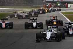Felipe Massa, Williams FW38 Mercedes voor Fernando Alonso, McLaren MP4-31 Honda; Nico Hulkenberg, Force India VJM09 Mercedes; Max Verstappen, Red Bull Racing RB12 TAG Heuer en de rest van het veld bij de start