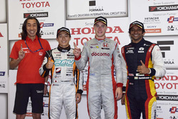 Ganador de la carrera  Stoffel Vandoorne, Dandelion Racing, segundo lugar Yuji Kunimoto, Cerumo Inging, tercer lugar Narain Karthikeyan, Team LeMans