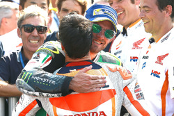 Cal Crutchlow, Team LCR Honda, felicita a Dani Pedrosa, Repsol Honda Team