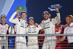 Подіум: переможці - Тімо Бернхард, Марк Веббер, Брендон Хартлі, Porsche Team