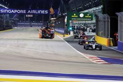 Nico Rosberg, Mercedes AMG F1 W07 Hybrid al comando dietro alla FIA Safety Car mentre la Sahara Force India F1 VJM09 di Nico Hulkenberg viene rimossa dal circuito