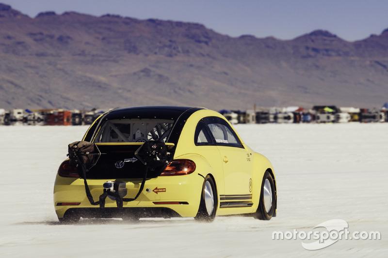 Preston Lerner hace un intento de romper el récord de velocidad de tierra en el VW Beetle LSR en Bonneville