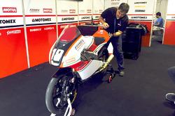 Moto de Gabriel Martínez-Abrego, Motomex Team Worldwide Race en el garaje