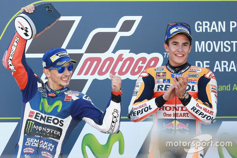 Podio: il vincitore della gara Marc Marquez, Repsol Honda Team, il secondo classificato Jorge Lorenzo, Yamaha Factory Racing