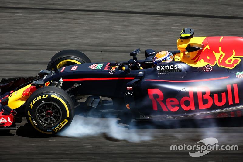 Max Verstappen, Red Bull Racing RB12 se bloquea en la frenada