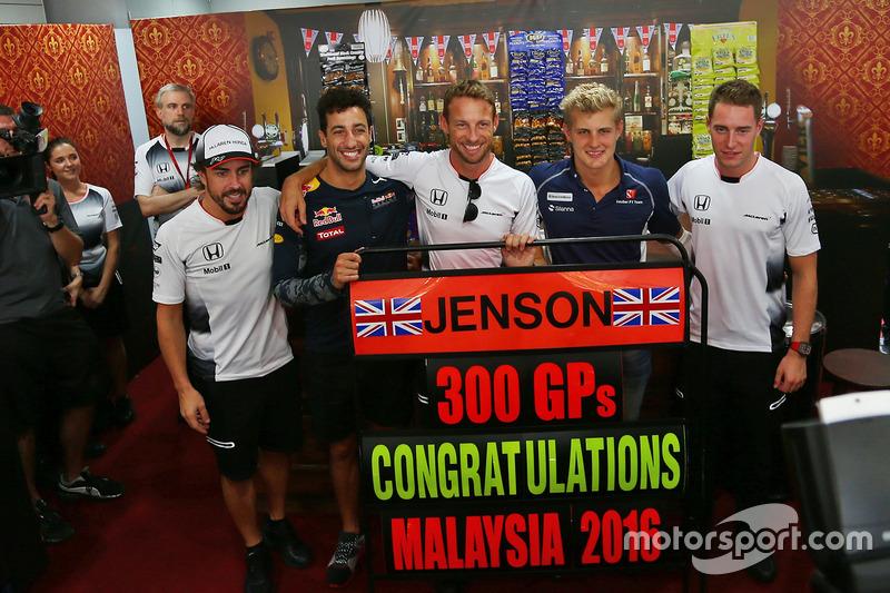 Jenson Button, McLaren celebra sus 300 GP con Fernando Alonso, McLaren; Daniel Ricciardo, Red Bull Racing; Jenson Button, McLaren; Marcus Ericsson, Sauber F1 Team; Stoffel Vandoorne, McLaren piloto de prueba y reserva