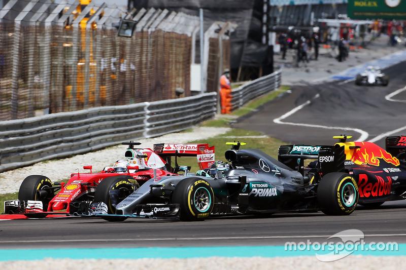 Vettel y Rosberg en la primera curva